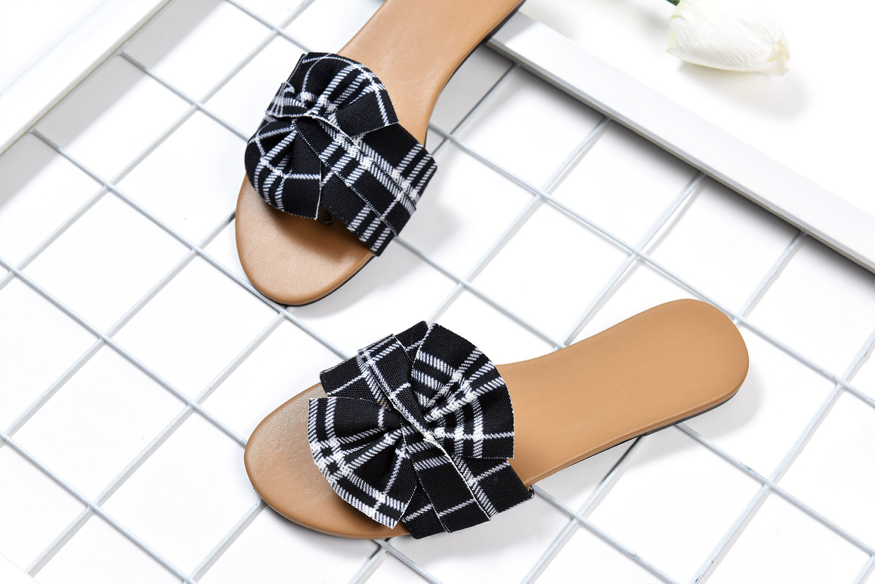 Fray to go slide Checked flats