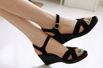 Style of black wedges