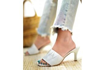 Feels like daisy white heels